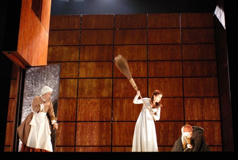 Representación La Celestina, allá cerca de las tenerías, a la orilla del río, en Teatro Español, Madrid, de Lepage (2004)