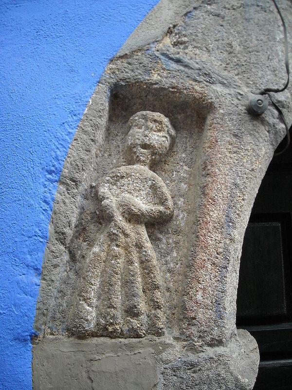 Figura en la puerta de La Casa de Las Muñecas, Garganta la Olla, Extremadura (1550, c.)
