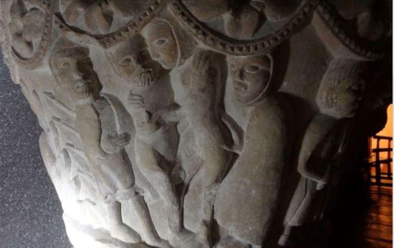 Relieve con alcahueta en pila bautismal en Palencia (siglo XII)